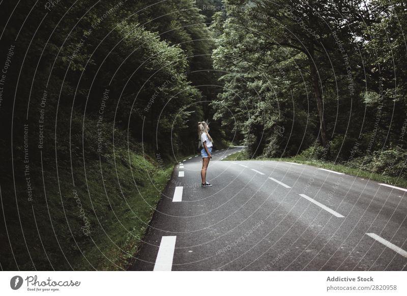 Frau, die im Wald auf einer Stange läuft. Straße laufen Jugendliche Natur Mädchen Lifestyle Ferien & Urlaub & Reisen Weg schön Asphalt Mensch Wege & Pfade