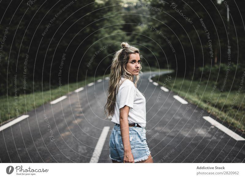 Frau, die im Wald auf einer Stange läuft. Straße laufen Blick nach hinten über die Schulter Jugendliche Natur Mädchen Lifestyle Ferien & Urlaub & Reisen Weg
