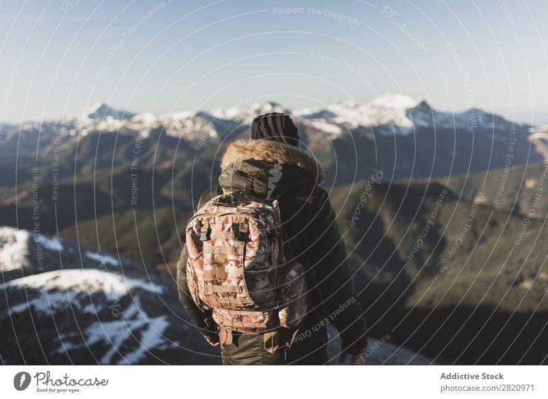 Mann in Oberbekleidung auf schneebedeckten Bergen Berge u. Gebirge Schnee Aktion Tourist Sonnenlicht stehen Porträt