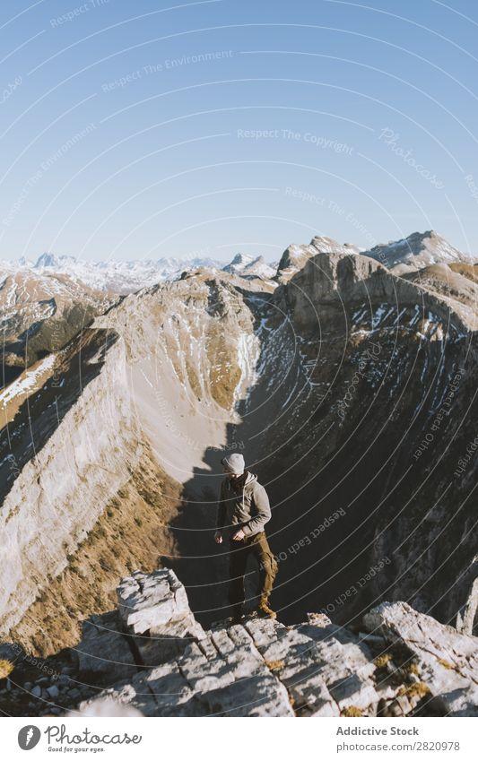 Reisender auf dem Gipfel des felsigen Bergrandes Mann Börde Berge u. Gebirge Aussicht Natur Ferien & Urlaub & Reisen Panorama (Bildformat) Jahreszeiten