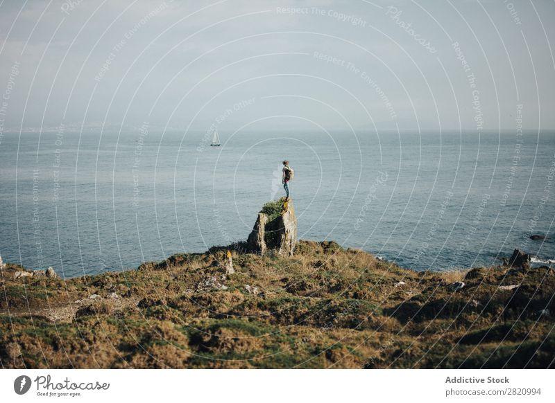 Reisender auf dem Felsen des Ozeans Tourist Küste Meer Abenteuer Natur Horizont Hintergrundbild Sommer Landschaft Ferien & Urlaub & Reisen Rucksack Fundstück