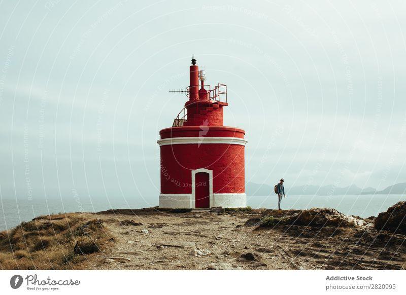 Tourist und Leuchtturm an der Küste Mensch reisend Natur Backpacker Abenteuer Panorama (Bildformat) Aussicht Landschaft Gebäude Reisender Meer Horizont Sommer