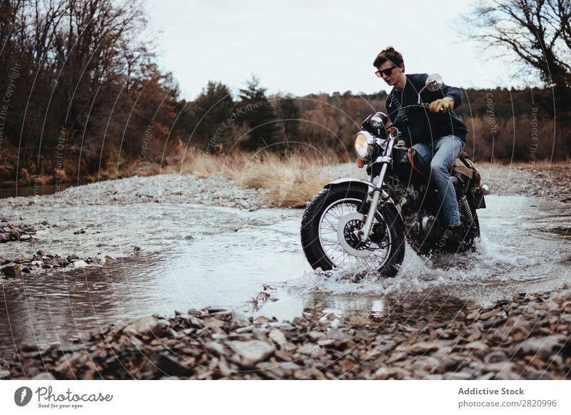 Motorradfahrer beim Fahren in Felsen Mann Motorradsportler Reiten Landschaft strömen Bach Ferien & Urlaub & Reisen Macho Verkehr Freiheit Abenteuer Reiter