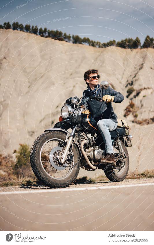Mann auf dem Fahrrad schaut weg. Motorrad Coolness Wegsehen Straßenrand Motorradfahren Verkehr Sonnenbrille Fahrzeug Lifestyle Ferien & Urlaub & Reisen
