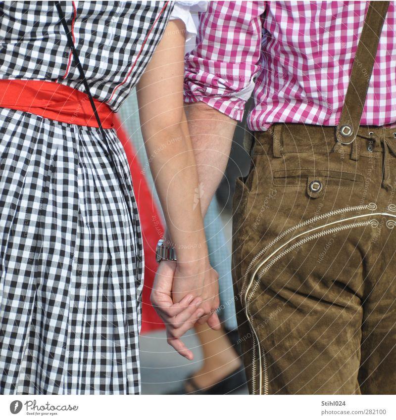 Dirndl & Lederhose Mensch Jugendliche rot Erwachsene Liebe Junge Frau Glück Junger Mann Freundschaft 18-30 Jahre braun Zusammensein Rücken authentisch Lifestyle