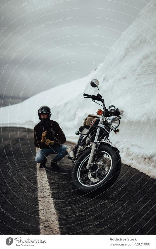 Mann mit Motorrad am Gletscher Natur Ferien & Urlaub & Reisen Körperhaltung Straße Verkehr Ausflug Norden Reiter Schnee Berge u. Gebirge Abenteuer Freiheit