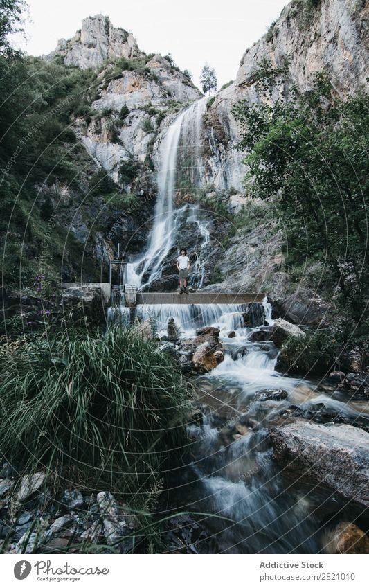 Mann am Wasserfall stehend Berge u. Gebirge Natur Ferien & Urlaub & Reisen Umwelt Lifestyle Wanderer Landschaft Abenteuer Beautyfotografie schön Tourismus