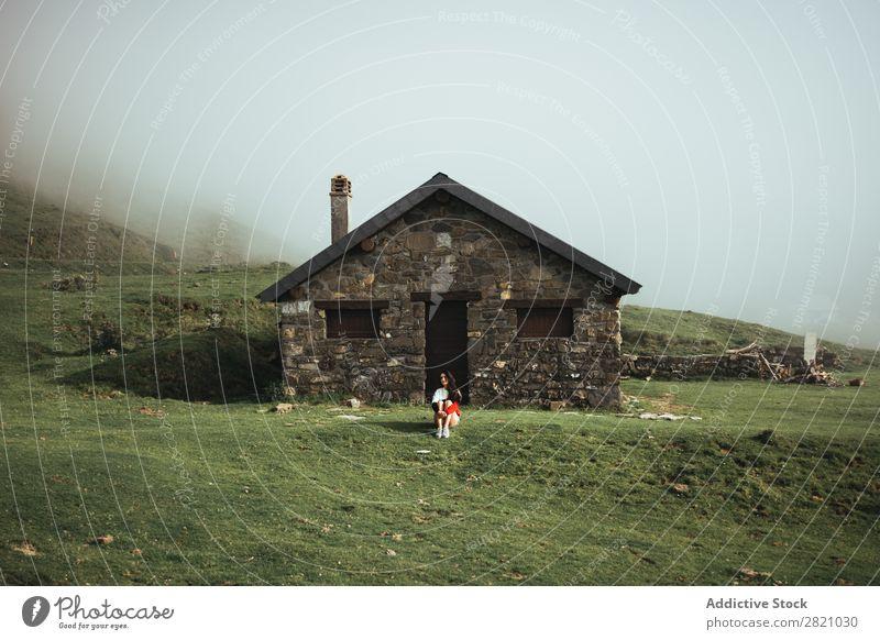 Frau auf dem Landhaus sitzend Landschaft Haus Natur Gras grün Länder Jugendliche