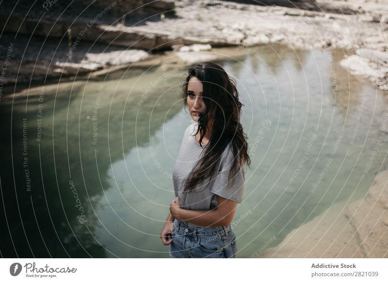Sinnliche Frau am See Klippe Natur Wasser genießen hübsch Blick in die Kamera stehen Jugendliche schön Mädchen Sommer Sonnenstrahlen Lifestyle attraktiv Mensch