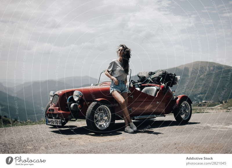 Hübsche Frau im Oldtimer. PKW retro altehrwürdig Mädchen Fahrzeug Laufwerk Jugendliche Lifestyle Fahrer schön Stil Beautyfotografie Mensch Verkehr
