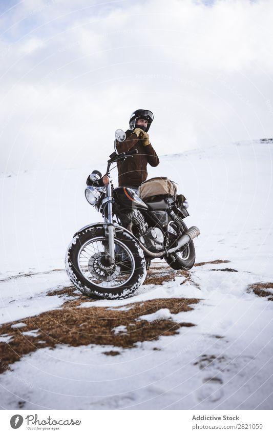 Mann mit Motorrad im verschneiten Hochland Schnee reisend Verkehr Abenteuer Natur Panorama (Bildformat) Tourismus Ausflug arrangiert Landschaft Tal