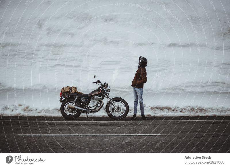 Mann mit Motorrad auf verschneiter Straße Schnee reisend Verkehr Abenteuer Natur Panorama (Bildformat) Tourismus Ausflug arrangiert Landschaft Tal Mittelgebirge