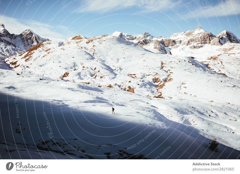 Anonymer Mann beim Trekking im Schnee Rucksacktourismus Berge u. Gebirge extrem wandern Abenteurer Altimeter