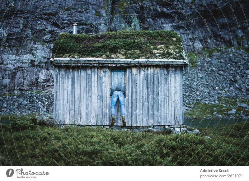 Anonymer Mann im Fenster der alten Kabine Hütte Berge u. Gebirge abgelegen ruhig Gelände Biegen Haus aber Natur Landschaft friedlich Gebäude Außenseite Idylle