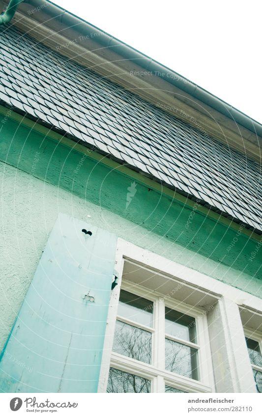 herzchen mit haus. Dorf Haus Einfamilienhaus Gebäude Mauer Wand Fassade Fenster Dach Dachrinne alt Herz Fensterrahmen Dachziegel grün türkis Gemeindehaus