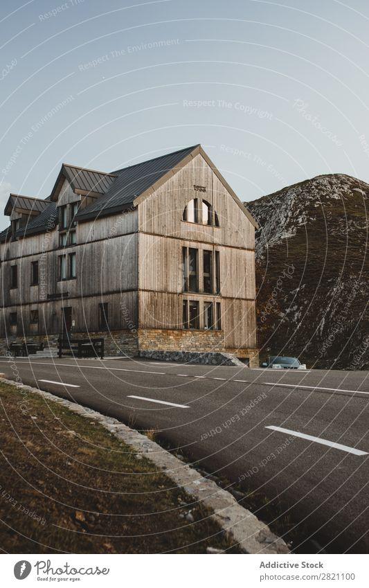 Bauen an der Straße in Hügeln Gebäude PKW Asphalt Holz Berge u. Gebirge Aussicht Sonnenstrahlen Natur Landschaft Ferien & Urlaub & Reisen schön Himmel Felsen