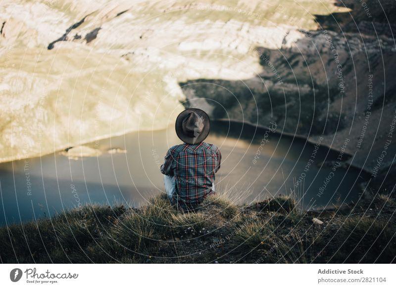 Anonymer Mensch, der sich auf der Natur ausgibt. Mann Landschaft Klippe Fernweh Berge u. Gebirge Ferien & Urlaub & Reisen träumen Einsamkeit abgelegen Börde See