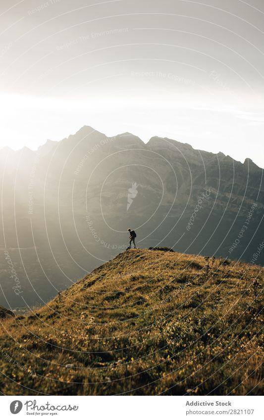 Anonymer Reisender auf dem Gipfel der Berge Mensch Backpacker Natur Trekking Errungenschaft extrem Top Abenteuer wandern Wanderer Klettern Landschaft Freiheit