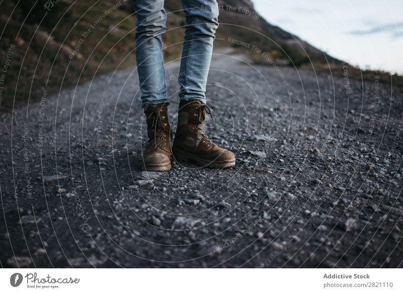Getreidereisende in Stiefeln posierend Mensch Reisender Abenteurer Straße stehen Abenteuer Ausflug Ferien & Urlaub & Reisen wandern Tourist Freizeit & Hobby
