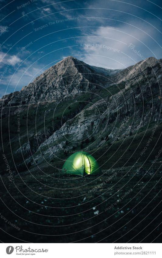 Beleuchtetes Zelt in den Bergen Berge u. Gebirge Abend erleuchten Abenteuer Tourismus Berghang Natur Landschaft Himmel Nacht wandern Licht Außenaufnahme Wildnis
