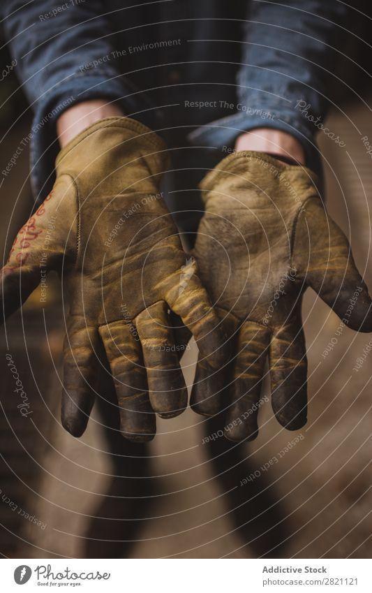 Hände in Arbeitshandschuhen Handschuhe Arbeitsbekleidung dreckig Gerät abwehrend Schutz Sicherheit Mitarbeiter Industrie Bekleidung Arbeit & Erwerbstätigkeit