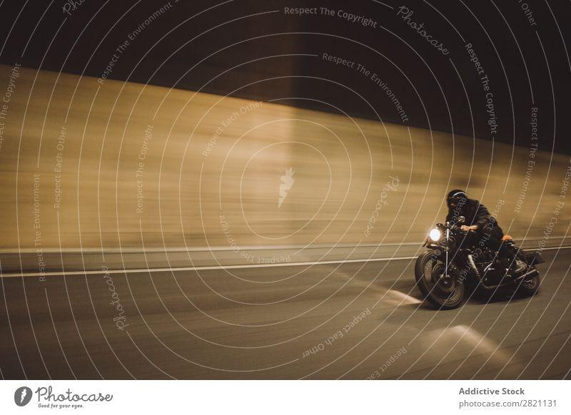 Biker fahren im Tunnel Mann Motorradfahren Geschwindigkeit Ausritt Fahrrad Reiter Ferien & Urlaub & Reisen Lifestyle Straße Rennsport Freiheit Abenteuer Aktion