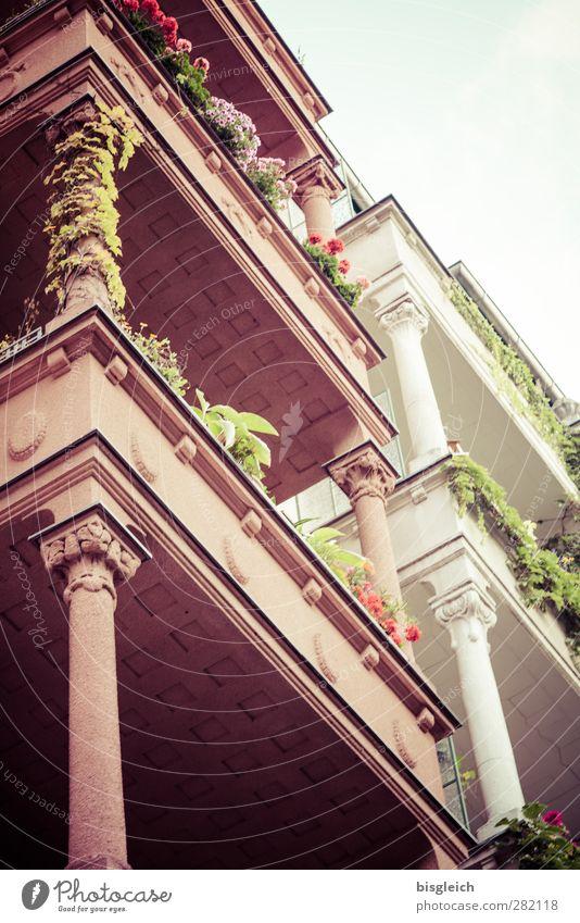 my street Berlin Deutschland Europa Hauptstadt Haus Architektur Säule Balkon Balkonpflanze Stein alt grün rosa weiß Altbau Farbfoto Außenaufnahme Menschenleer