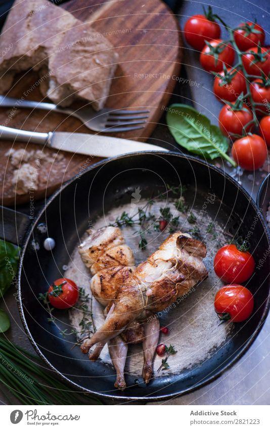 Geflügel auf der Bratpfanne serviert geschmackvoll Speise Pfanne braten Tomate Abendessen gebraten Mahlzeit Fleisch Essen zubereiten Feinschmecker Lebensmittel