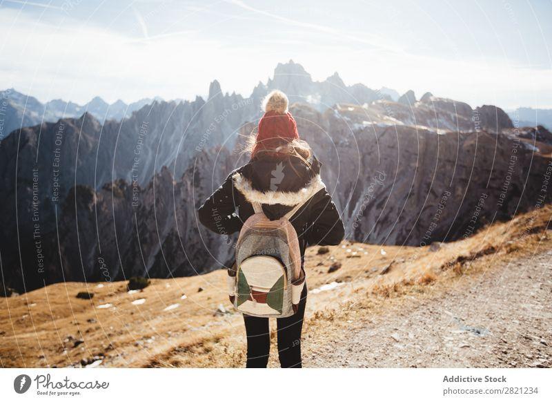Frau mit Blick auf die Berge Berge u. Gebirge Aussicht Ferien & Urlaub & Reisen Freiheit Jugendliche Gipfel Rucksack wandern Natur Landschaft Abenteuer Himmel