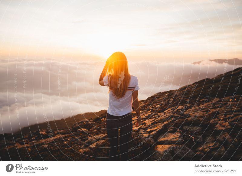 Junge Frau, die auf einem Hügel posiert. Natur genießend Freiheit Lifestyle Mensch Freizeit & Hobby Sonnenlicht Sonnenstrahlen Tag schön lieblich charmant