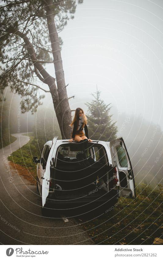 Frau sitzt auf dem Dach des Autos Top PKW Natur Lifestyle schön Ferien & Urlaub & Reisen Jugendliche Freiheit Mensch Genuss frei Einsamkeit Atmosphäre Erholung