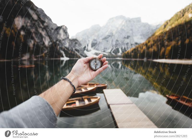 Hand mit Kompass Mensch Zirkel Berge u. Gebirge See Natur Ferien & Urlaub & Reisen Abenteuer Tourismus