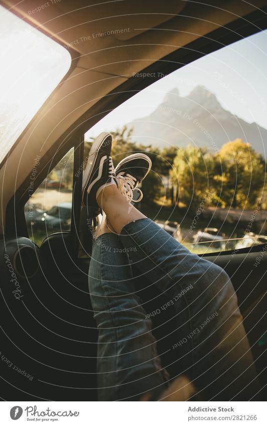 Beine, die aus dem Autofenster ragen. Frau Fenster PKW Mensch Ferien & Urlaub & Reisen Jugendliche Lifestyle Erholung ruhen Verkehr Freiheit Ausflug Straße
