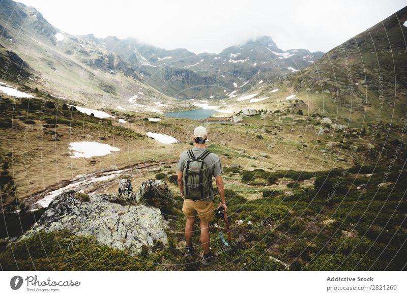 Mann Tourist mit Blick auf das Tal Hügel Rucksack Horizont Abenteuer Felsen