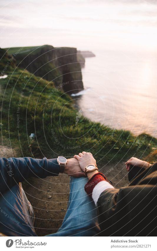 Erntepaar hält Händchen Klippe Meer Aussicht Landschaft Wasser Küste Ferien & Urlaub & Reisen