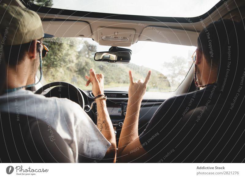 Männer, die in einem Auto gestikulieren. fahren PKW Mann Freundschaft Begrüßung Ausflug Glück Sommer Straße Ferien & Urlaub & Reisen Lifestyle Mensch Paar