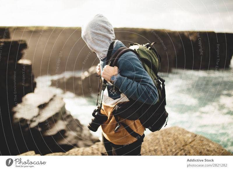 Reisender mit Fotokamera auf der Natur Mann Fotograf Rucksacktourismus professionell Fotografie Ferien & Urlaub & Reisen Tourismus Meer Abenteuer Lifestyle