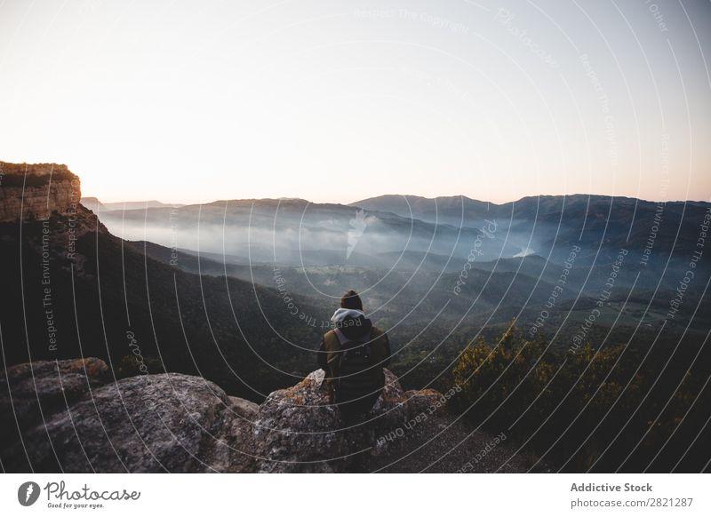Mann bewundert den Blick auf die Klippe Landschaft sitzen Börde Abenteuer Außenaufnahme Felsen
