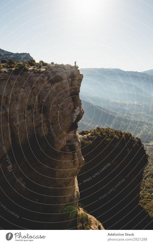 Mann steht auf einer Klippe. Landschaft stehen Börde Abenteuer Außenaufnahme Felsen wandern extrem Berge u. Gebirge Natur Gipfel Tourist Höhe Aktion