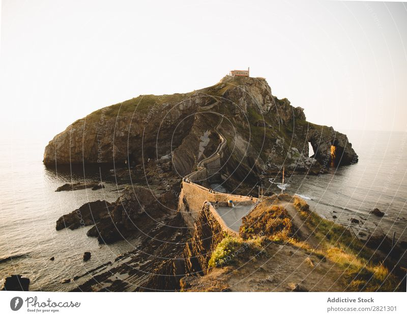 Klippe im Meer mit Steg Landschaft Gang Felsen reisend Natur dramatisch ruhig grün Küste Panorama (Bildformat) Attraktion Umwelt Meereslandschaft Küstenstreifen