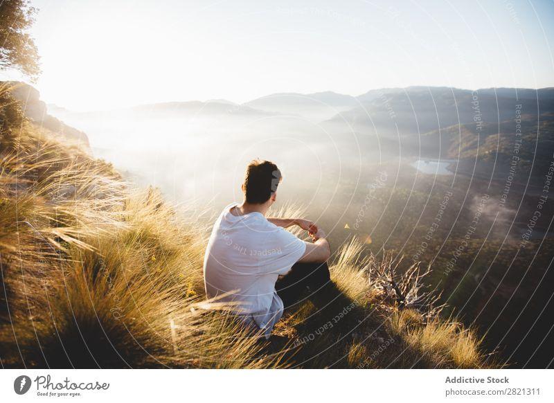 Mann auf dem Hügel sitzend Berge u. Gebirge Landschaft Aussicht PDA Netzwerk Wetter laufen