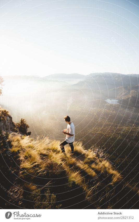 Mann, der auf dem Hang des Hügels geht. Berge u. Gebirge Landschaft Aussicht PDA Netzwerk Wetter laufen Erholung Technik & Technologie Tourismus Reisender