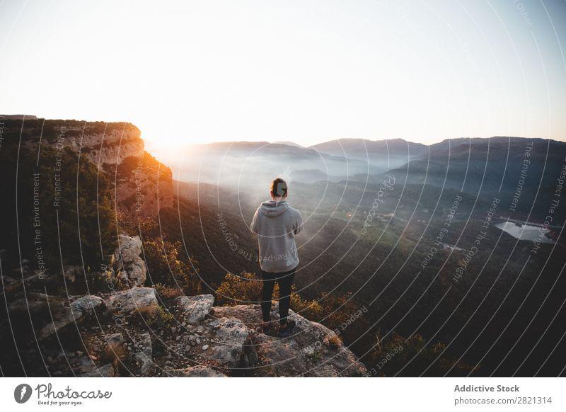 Mann am Rande der Klippe in den Bergen Berge u. Gebirge Börde Landschaft Aussicht Panorama (Bildformat) Wetter