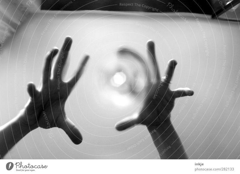 Heute Nacht kommen sie, um Dich zu holen... Freizeit & Hobby Spielen Raum Zimmerdecke Halloween Hand Finger 1 Mensch bedrohlich dunkel gruselig Gefühle Angst