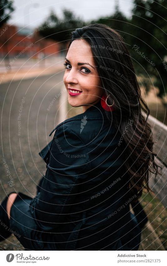 Lächelnde brünette Frau auf Parkbank hübsch Jugendliche heiter Bank Blick in die Kamera Glück Stil schön attraktiv Mensch Beautyfotografie Erwachsene niedlich