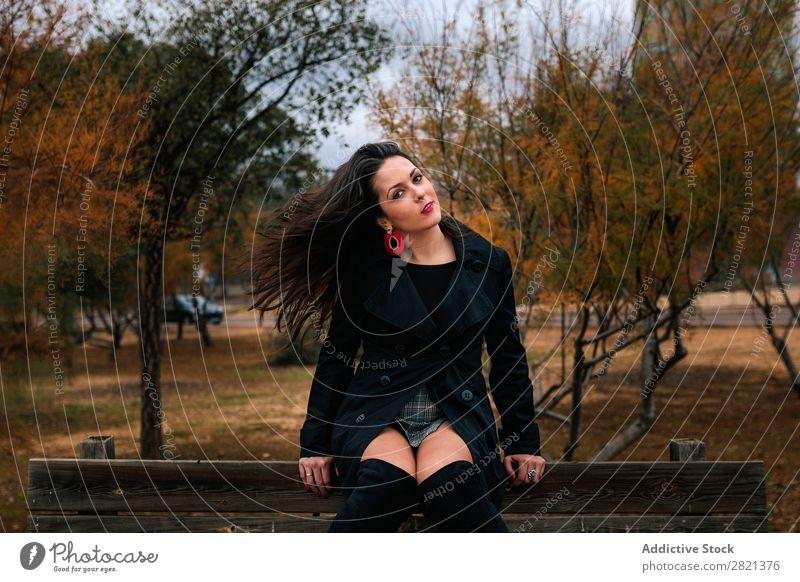Stilvolle Frau auf Parkbank hübsch Jugendliche sitzen Bank genießen attraktiv schön brünett Mensch Beautyfotografie Erwachsene niedlich Lifestyle Dame Model