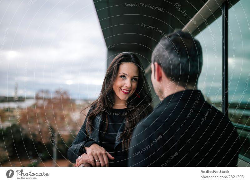 Erwachsenes Paar auf dem Balkon stehend Frau Mann Zusammensein Liebe heiter Flirten Lifestyle Romantik Mensch schön romantisch 2 Glück Erholung Freund Freundin