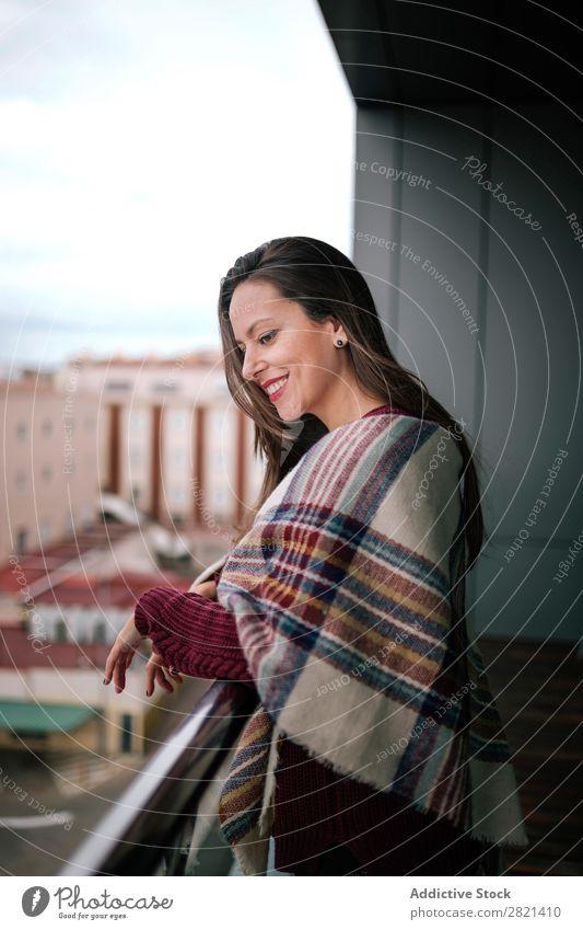 Fröhliche Frau am Handlauf stehend hübsch Jugendliche schön heiter Lächeln Balkon Gebäude modern Zeitgenosse brünett attraktiv Mensch Beautyfotografie