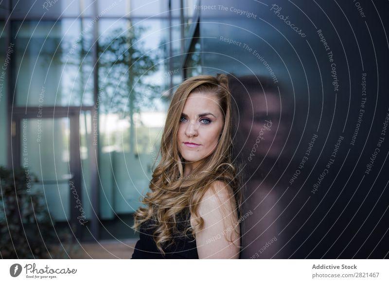 Kaukasische Frau wartet elegant in einem Gebäude. Verabredung attraktiv schön blond Kaukasier Feste & Feiern Datierung Kleid Behaarung Sitzung natürlich Nizza