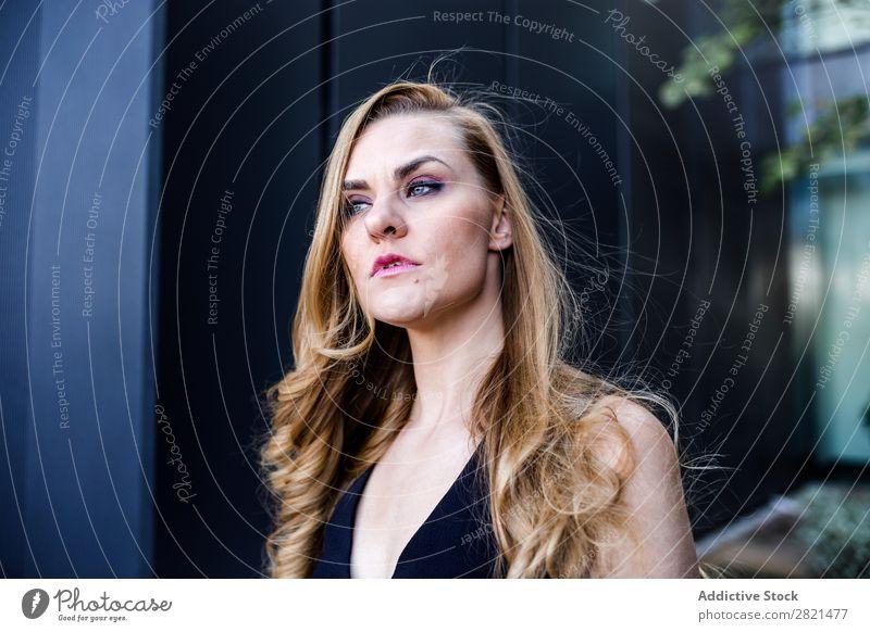 Kaukasierin in eleganter Kleidung Verabredung attraktiv schön blond Feste & Feiern Datierung Behaarung Sitzung natürlich Nizza Party hübsch einfach Rock